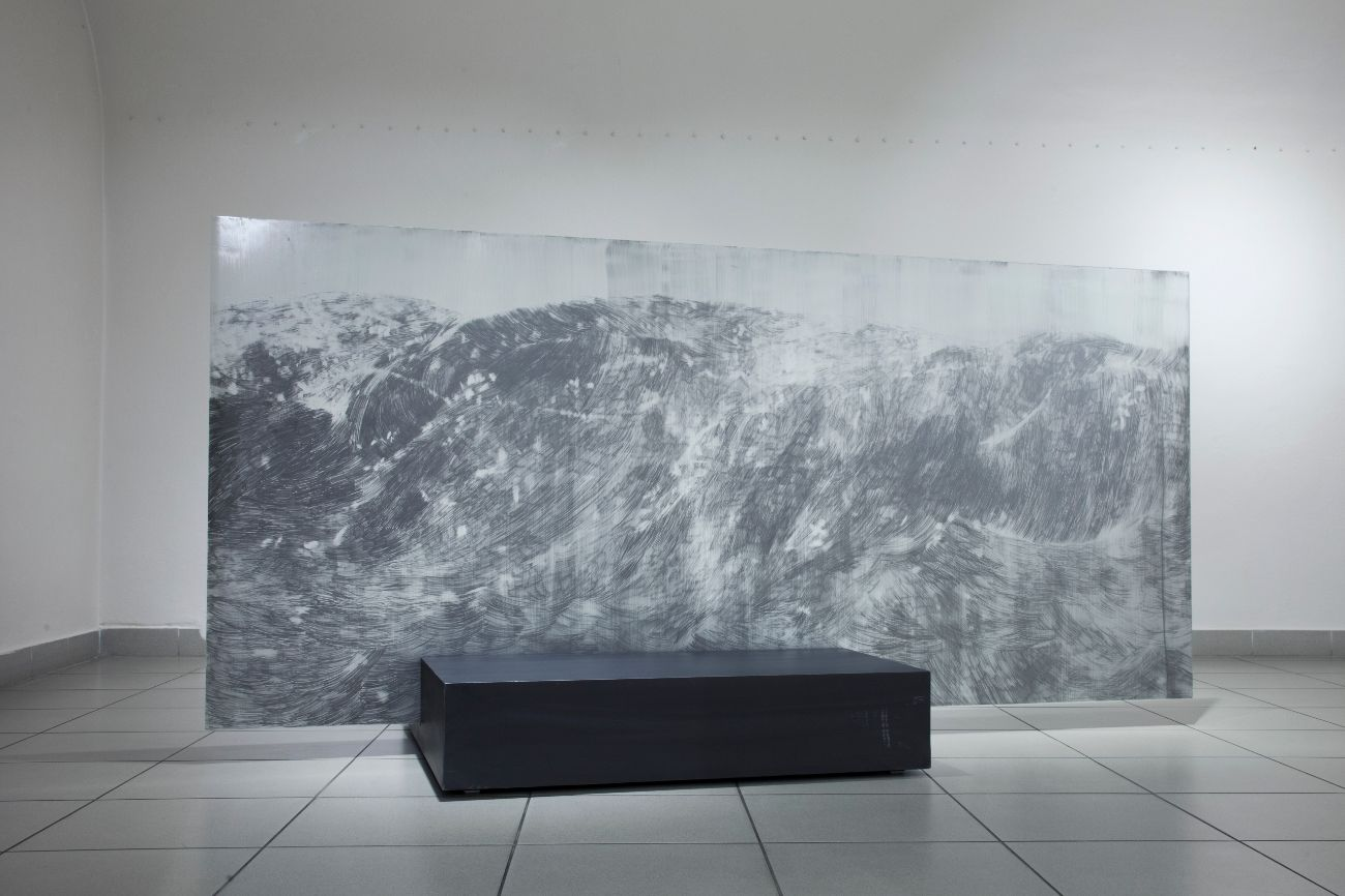 Bez názvu, 110x240cm, grafit na skle, 2017