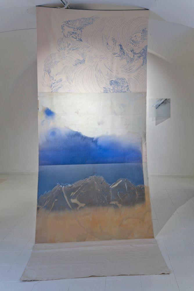 Bez názvu, grafit, lister a sklárska farba na skle, akryl a fixa na plátne; objekt 292 x 145 x 115 cm, sklo 95 x 145 cm, 2021