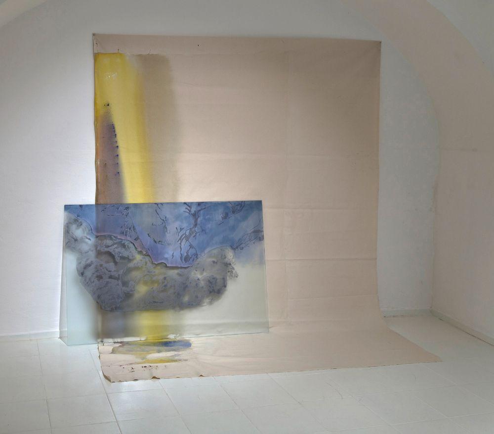 Bez názvu, grafit, lister a sklárska farba na skle, akryl na plátne; objekt 212 x 217 x 90 cm, sklo 95 x 145cm, 2021 - kópia